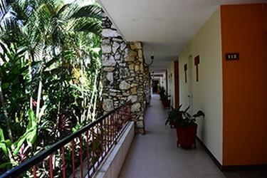 Vista interior del pasillo de Plaza Palenque Hotel