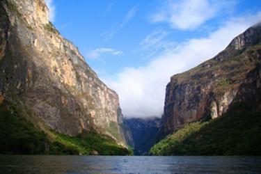 Vista de la entrada al Cañón del Sumidero durante el recorrido en lancha
