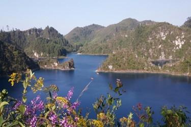 Vista de una de las lagunas que se recorren en Montebello