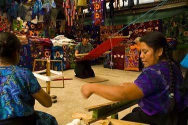 Artesanas de Zinacantan utilizando el telar para realizar sus vestimentas