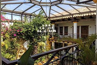 Vista del patio jardín del hotel Grand María