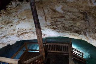 Vista interior del cenote de Santa Bárbara