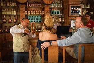 Touristes dégustant la tequila pendant la visite