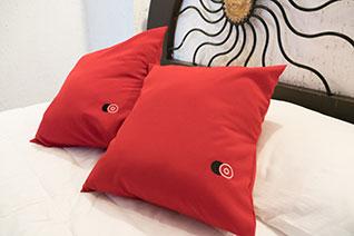 Cojines decorativos en cama matrimonial