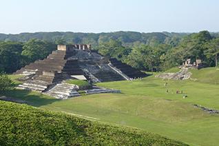 Vista panorámica de la pirámide en Comalcalco