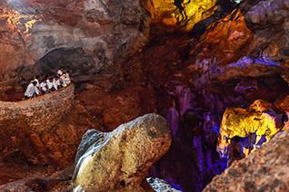 Vista parorámica de la gruta con luz y sonido