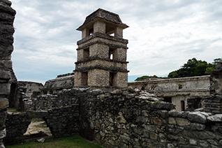 Vista de la torre del Palacio en Palenque