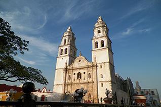 Vista de la fachada de la catedral de Campeche