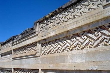 Vista de uno de los muros del palacio de Mitla