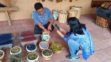 Persona extrayendo tinta para textiles