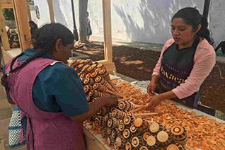 Mujeres elaborando el utensilio de cocina llamado molinillo