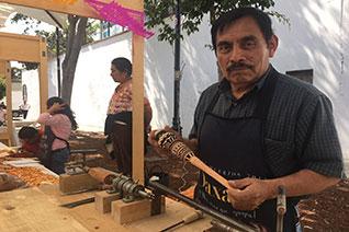 Hombre terminando elaboración del molinillo