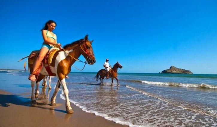 Recorrido en caballo por la playa en isla de Piedra