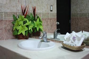 Interior del baño con amenidades