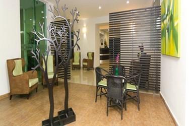 Vista interior del área pública del Hotel Embajadores