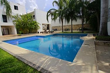 Vue extérieure de la piscine de lhôtel Embajadores