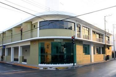 Vue extérieure de la façade de lhôtel Embajadores